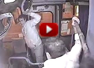 TLadro maldestro tenta di scippare una donna sull'autobus (video)
