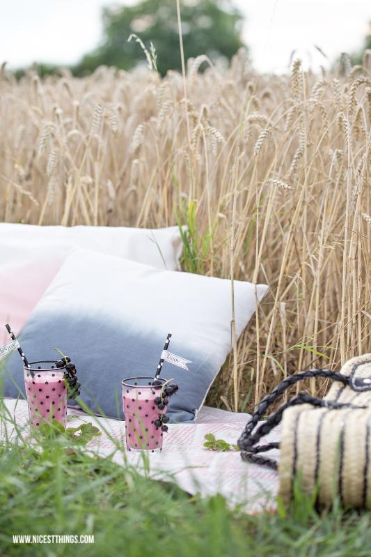 Sommer Picknick im Kornfeld mit Tine K Home Korbtasche Ombre Kissen #sommer #picknick #sommerpicknick #kornfeld #tinekhome #korbtasche