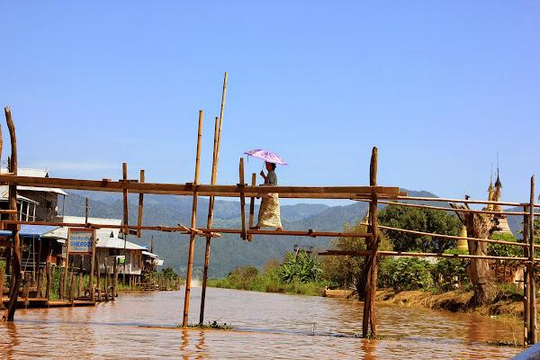 Puente de madera de teca sobre un canal del lago Inle