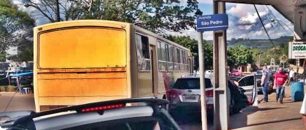 Roncador: Ônibus da prefeitura bate em carro estacionado