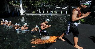 The day before Ramadan, some Indonesian Muslims perform the purifying ritual called?