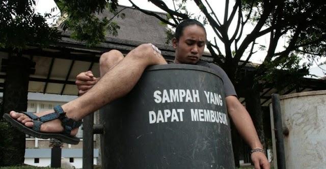 Manusia Sampah Yang Hanya Menyusahkan Hidup Saya