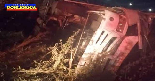 2 Muertos y 16 heridos tras volcamiento de un autobús de la CVG