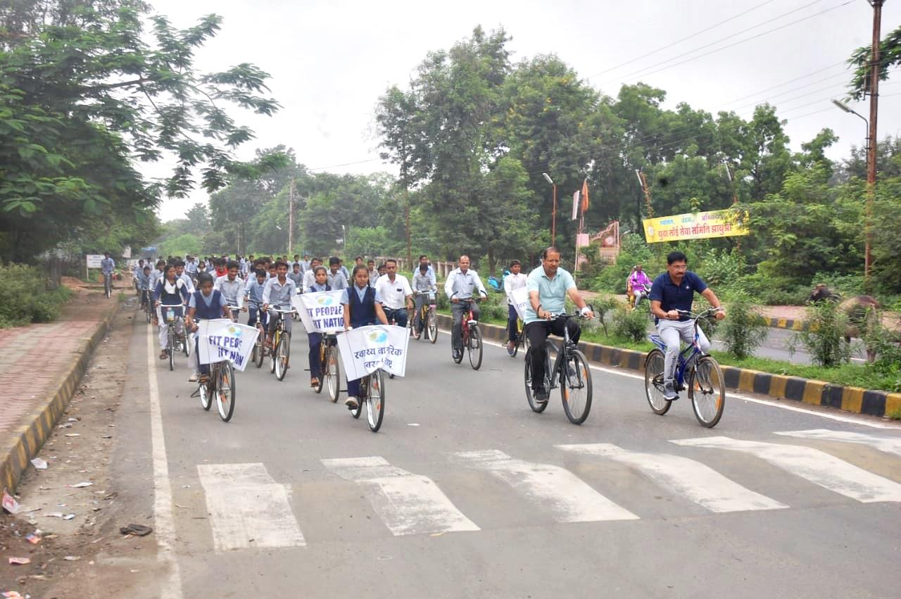 Jhabua News- राष्ट्रीय खेल दिवस पर कलेक्टर, एसपी सहित विद्यार्थियो ने चलाई साईकिल