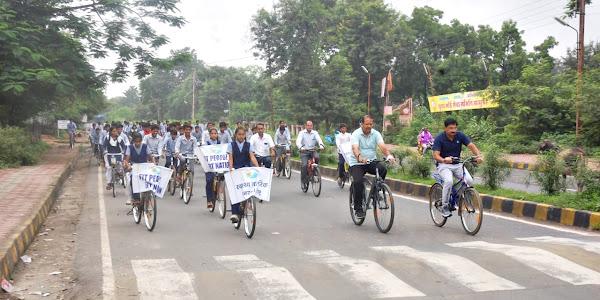 राष्ट्रीय खेल दिवस पर कलेक्टर, एसपी सहित विद्यार्थियो ने चलाई साईकिल