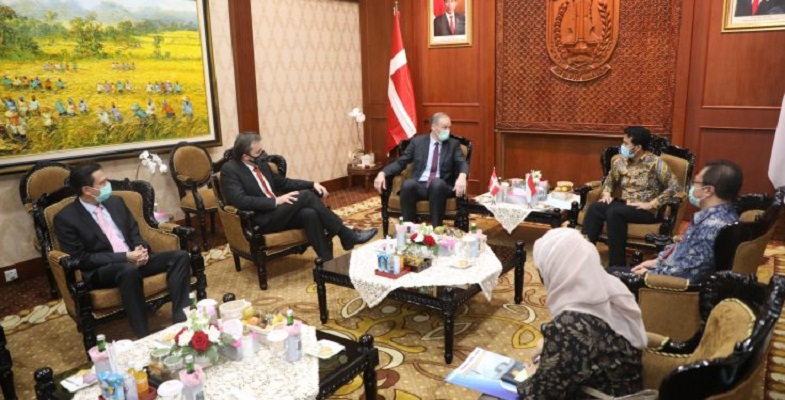 """Denmark explores cooperation and investment in East Java  HarianUmmat.com ■ Deputy Governor of East Java Emil Dardak received a visit from the Ambassador of Denmark HE Lars Bo Larsen at the Grahadi State Building, Surabaya, on Thursday (3/12).  The arrival of the Danish Ambassador HE Lars Bo Larsen to East Java wanted to explore opportunities for cooperation in the maritime sector with the East Java Provincial Government. Moreover, the Danish government considers Surabaya as a maritime base in Indonesia.   """"East Java has an important capital because here there is PT PAL Indonesia which is able to manufacture ship equipment and maritime military equipment,"""" said Deputy Governor of East Java Emil Dardak.  """"If East Java and Denmark can strengthen this relationship and cooperation, I am sure it will increase the economic potential that comes from our maritime sector,"""" he added.  Apart from the maritime sector, the meeting also discussed opportunities for new energy cooperation. Including cold supply chains that can be used in the agriculture, fisheries and medical vaccine sectors.  """"Therefore, how can this new energy make the supply chain more efficient,"""" he said.  On that occasion, he also explained that the performance of East Java-Denmark trade during the 2016-2020 period showed a surplus for East Java. From January-June 2020, the value of East Java's exports to Denmark was recorded at US $ 41.87 million or around Rp. 591 billion. Meanwhile, imports amounted to US $ 11.07 million or around Rp. 156 billion.  """"So it can be said that a surplus of US $ 30.8 million or around Rp. 435 billion.  As for export commodities from East Java to Denmark in the form of wood, wooden goods, footwear, vehicles and parts, furniture and home lighting, and organic chemicals.  Meanwhile, East Java's main imported commodities from Denmark are wood lathe / pulp, adhesives, enzymes, machinery or mechanical appliances, and aluminum. Denmark is in 29th place as an export destination country fr"""