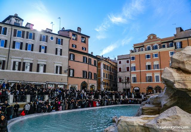 Movimento de turistas na Fontana di Trevi