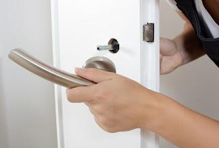Comment démonter une poignée de porte d'entrée