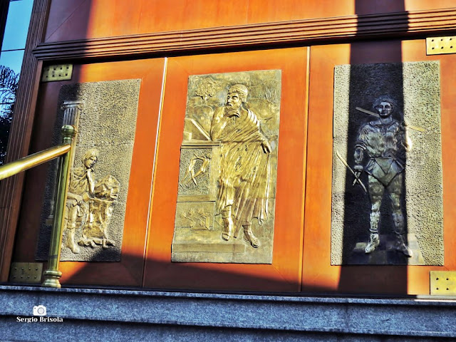 Close-up dos painéis da fachada do Palácio Maçônico (GLESP) - Liberdade - São Paulo
