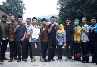 Sepuluh orang perwakilan honorer memperlihatkan SK Penugasan yang didapatkannya dari Bupati Sukabumi