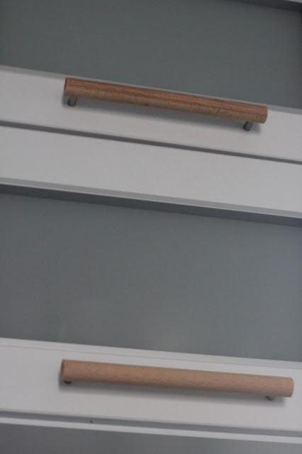 drewniane uchwyty do mebli w kuchni