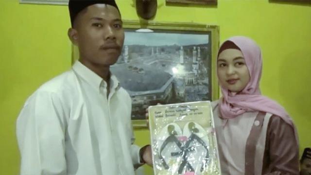 Anti Mainstream, Pria di Lombok Ini Nikahi Gadis dengan Mahar Sandal Jepit dan Segelas Air Putih