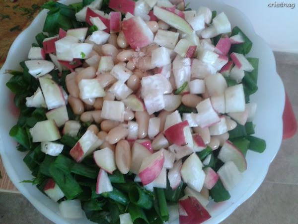 Salată cu fasole, ceapă verde, mărar, lobodă și ridichi: Rețetă de post