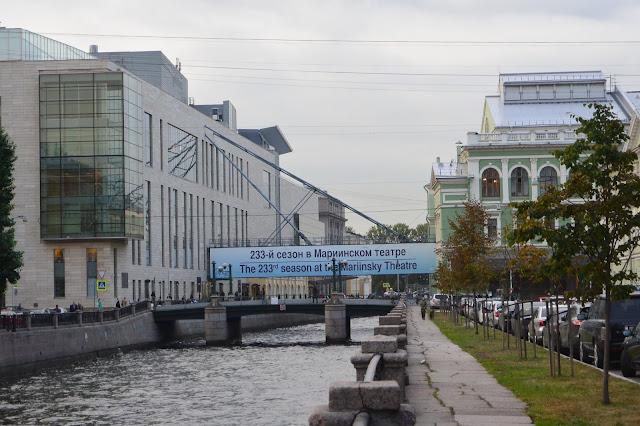Saint Petersbourg L'opéra ancien à droite et contemporain à gauche