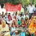 सरकारी योजनाओं से वंचित रखने के खिलाफ अनशन पर बैठी महिलाएं