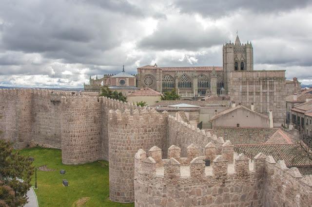 Muralhas e Catedral de Ávila, na Espanha.