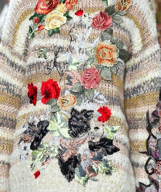 aplikacje haftowane na swetrze