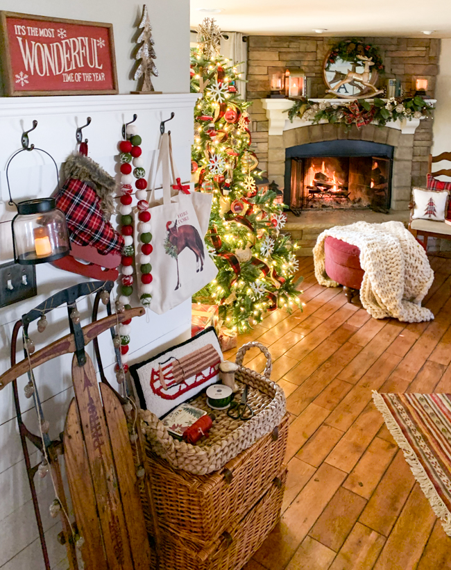 Cozy Christmas family room decor - www.goldenboysandme.com