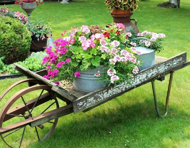 Διακόσμηση Κήπου με Vintage μεταλλικά αντικείμενα