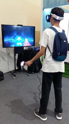 Pengunjung yang sedang bermain virtual reality (VR) dalam bazar
