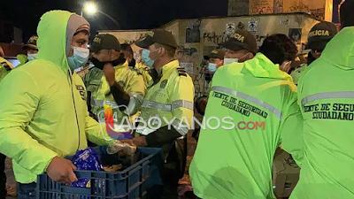 """Uribistas crearon grupo """"aguateros del Esmad"""" para salir a las calles a darles comida y agua a policías"""