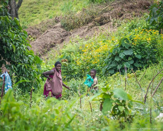 Dzieci podczas plac polowych w Górach Ruwenzori