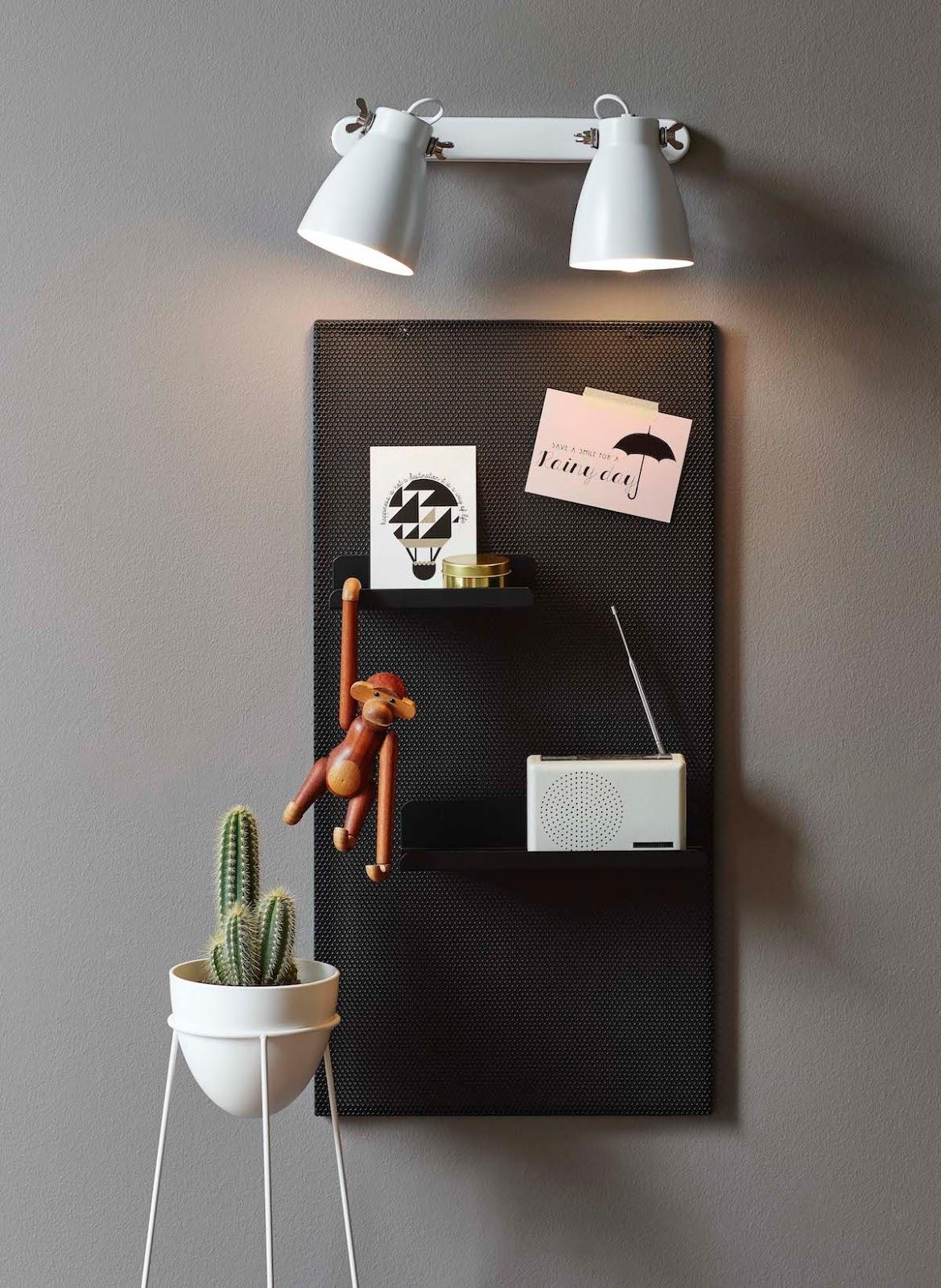 Focos de pared orientables sobre tablero de notas