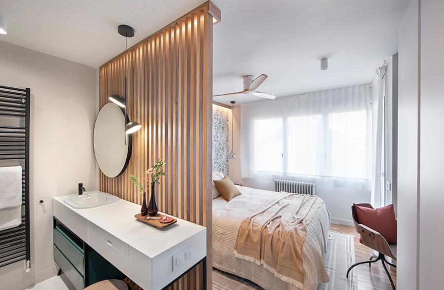 Dormitorio comunicado con el baño con zona de tocador