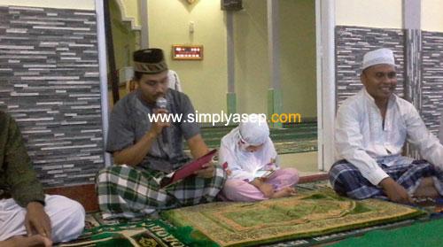 KULTUM BUKA PUASA : Buka puasa setiap hari selama Ramadhan di Masjid Babussalam Duta Bandara digelar di halaman luar. Selalu ada Kultum juga menjelang berbuka puasa. Tampak Bapak Sugianto sedang memberikan kultumnya. Foto Asep Haryono