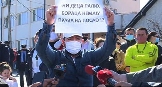 Испред болнице у Пасјану данас је одржан први протест против партијског и родбинског запошљавања у Здравственом центру Гњилане, али и у образовању.  #Протeст #Косово #Метохија #Nepotizam #SrpskaLista #КМновине #KMnovine #Вести #Kosovo #Metohija #vesti #RTS #Kosovoonline #TANJUG #TVMost #RTVKIM #KancelarijazaKiM #Kossev