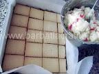 Prajitura cu biscuiti si gris preparare reteta - intindem crema cu rahat