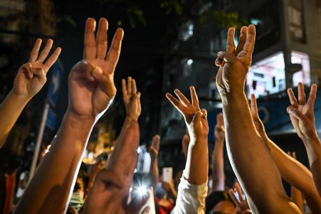 চাপ বাড়ার সাথে সাথে মিয়ানমারের সামরিক বাহিনী ফেসবুক, সামাজিক যোগাযোগমাধ্যম বন্ধ করে দিয়েছে