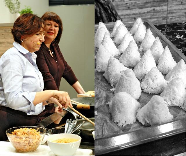 Kochshow auf der Frankfurter Buchmesse 2015: Barbara rührt, Claudia assistiert. Rechts die Reiskegel für das Nasi Lesefutter.
