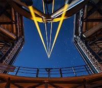 Bir gözlem evinden uzaya ölçüm amaçlı gönderilen güçlü lazer ışınları