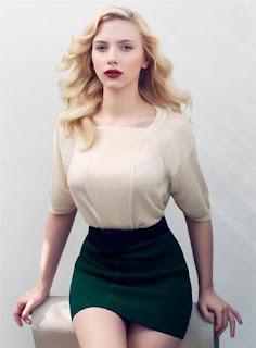 Scarlett destaca-se pelo top e saia de cintura subida