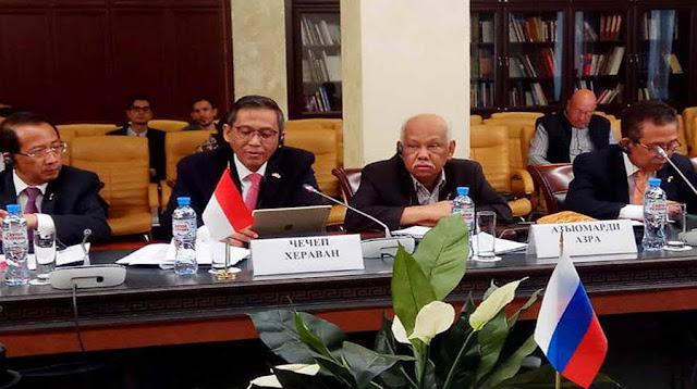 Ilmuwan dan sejarahwan Azyumardi Azra menyebut raport Menteri Pendidikan dan Kebudayaan (Mendikbud) Nadiem Makarim nilainya merah