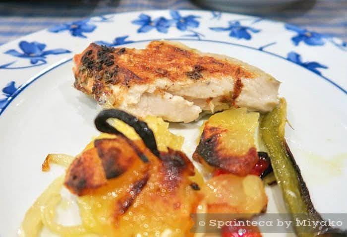 焦んがりオーブンで焼かれたスペインのボニートデルノルテがお皿に盛り付けられている様子
