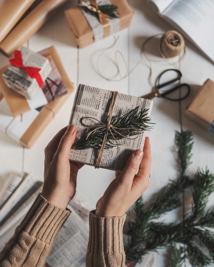 Faire ses paquets cadeaux avec du papier journal et des magazines