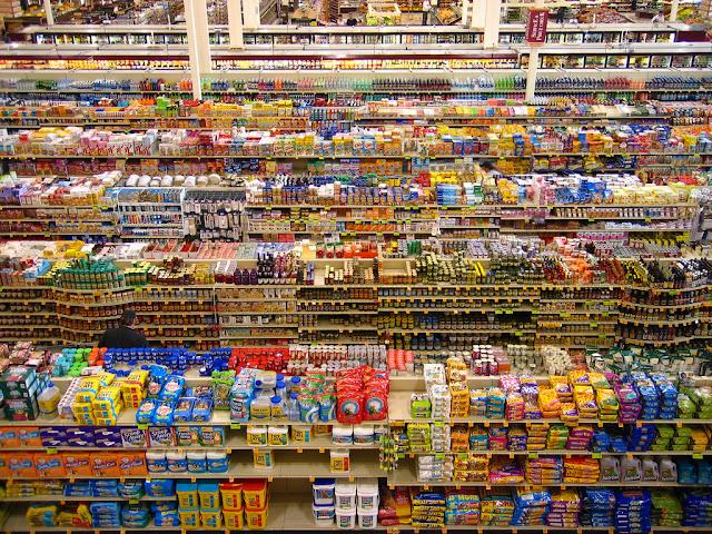 lineales de supermercado con productos