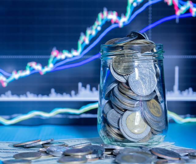 Cofre com moedas representando o marketing digital na economia