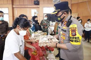 Kapolres Taput Serahkan Paket Bantuan Kepada Korban Bencana Alam dan Kebakaran