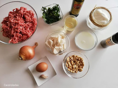 ingredientes para albóndigas en salsa de cacahuete y cebolla