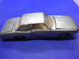 フォード サンダーバードのおんぼろミニカーを側面から撮影