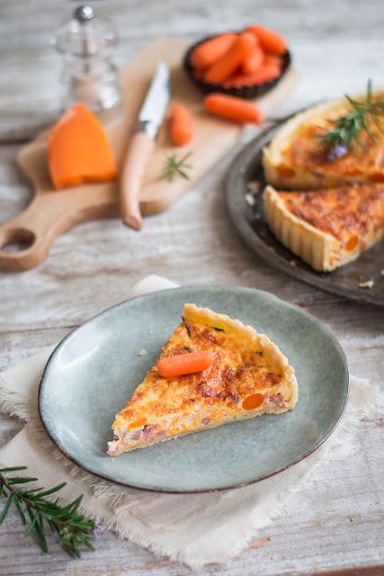 Tarte aux carottes, mimolette et lardons