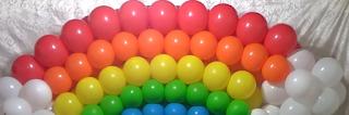 Ballondekoration mit bunte Luftballons als Bogen zur Festdekoration.
