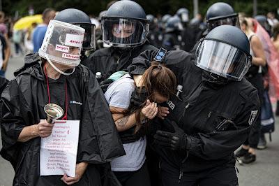 Germania: Vietae manifestazioni per la libertà, ma approvate quelle lgbt