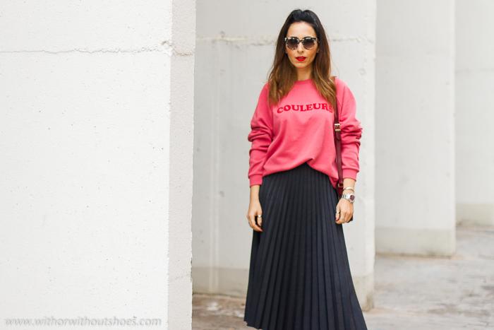 Influencer blogger valencia con look urban chic comodo estiloso idea como combinar sudadera rosa y falda plisada