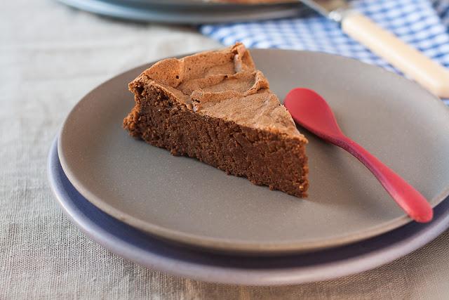 Čokoladni kolač sa heljdinim brašnom i bademima