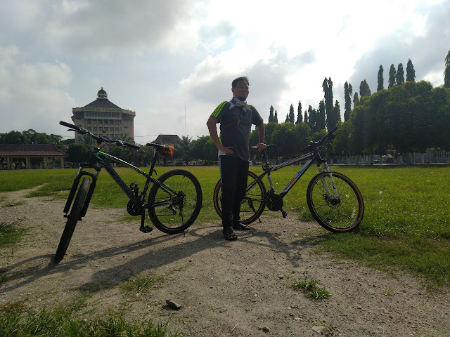 Menghibur dengan bersepeda