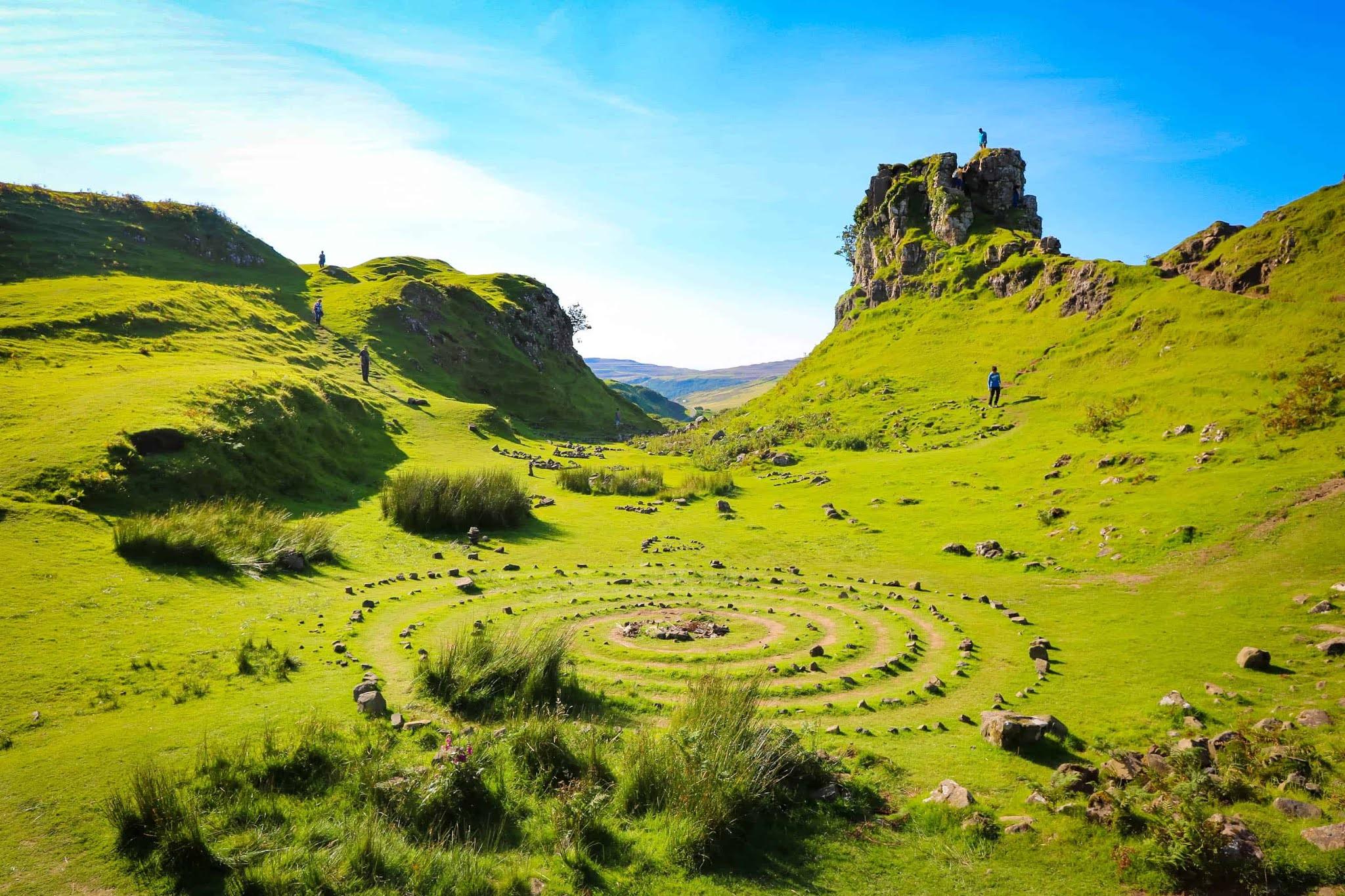 Сказочная долина на острове Скай в Шотландии
